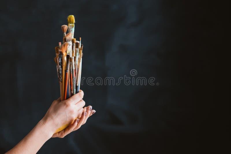 De levensstijl van het de reekswerk van schildershulpmiddelen borstelt handen stock afbeeldingen
