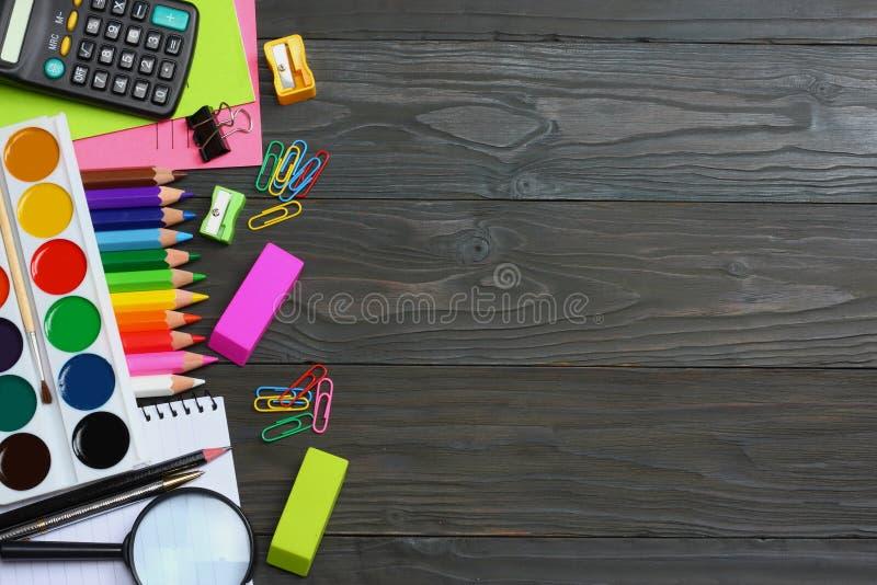 De levering van de school en van het bureau De vectorillustratie, eps10, bevat transparantie kleurpotloden, pen, pijnen, document royalty-vrije stock fotografie