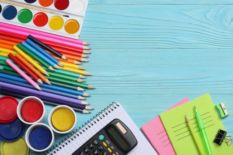 De levering van de school en van het bureau De vectorillustratie, eps10, bevat transparantie kleurpotloden, pen, pijnen, document royalty-vrije stock afbeelding