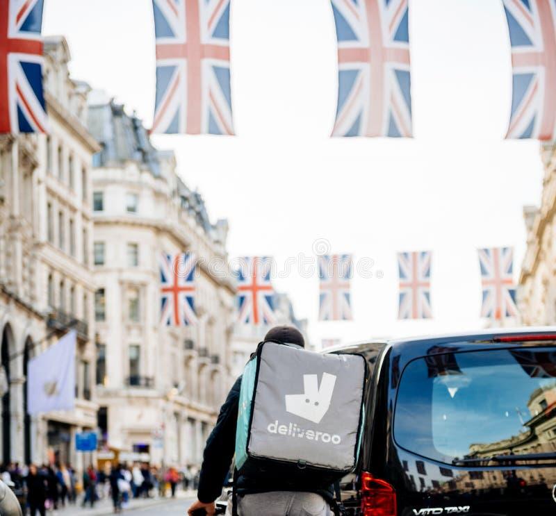 De levering van het Deliverrovoedsel in Londen tijdens Koninklijk Huwelijk Regent St royalty-vrije stock foto