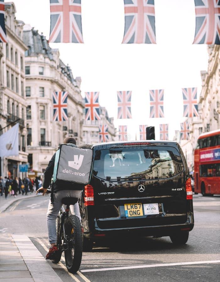 De levering van het Deliverrovoedsel in Londen tijdens Koninklijk Huwelijk Regent St royalty-vrije stock afbeelding