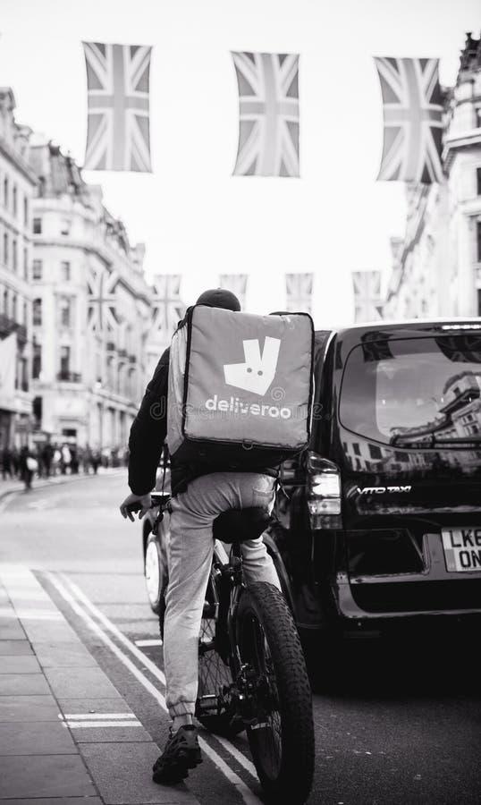 De levering van het Deliverrovoedsel in Londen tijdens Koninklijk Huwelijk Regent St stock foto's