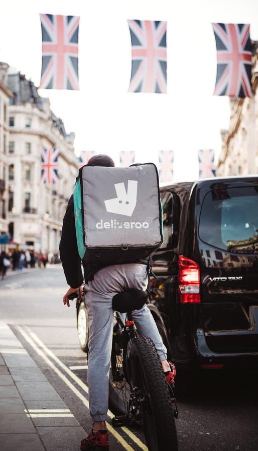 De levering van het Deliverrovoedsel in Londen tijdens Koninklijk Huwelijk Regent St royalty-vrije stock foto's
