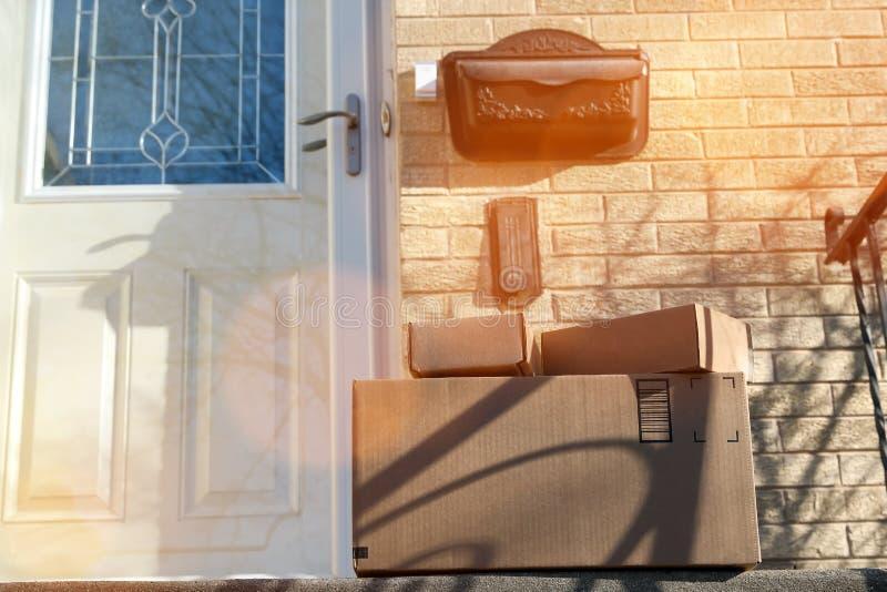 De Levering van pakkettendozen buiten de Deur royalty-vrije stock afbeeldingen