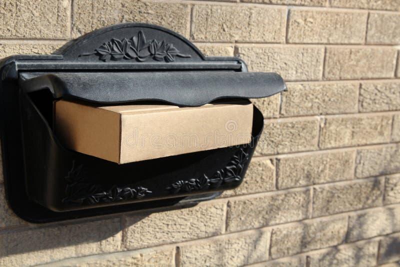 De Levering van pakkettendozen buiten de Deur stock fotografie
