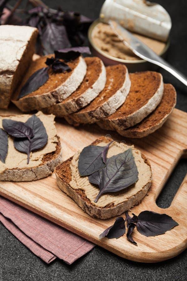 De leverpastei van de voorgerechtkip op brood Heerlijk ontbijt stock foto