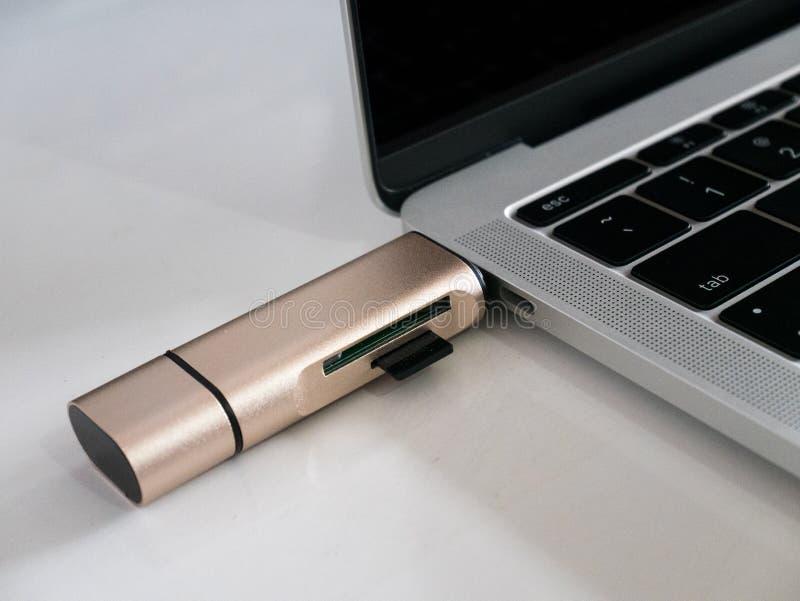 De Lezer van de het Geheugenkaart van USB type-C Attached aan Laptop royalty-vrije stock afbeelding