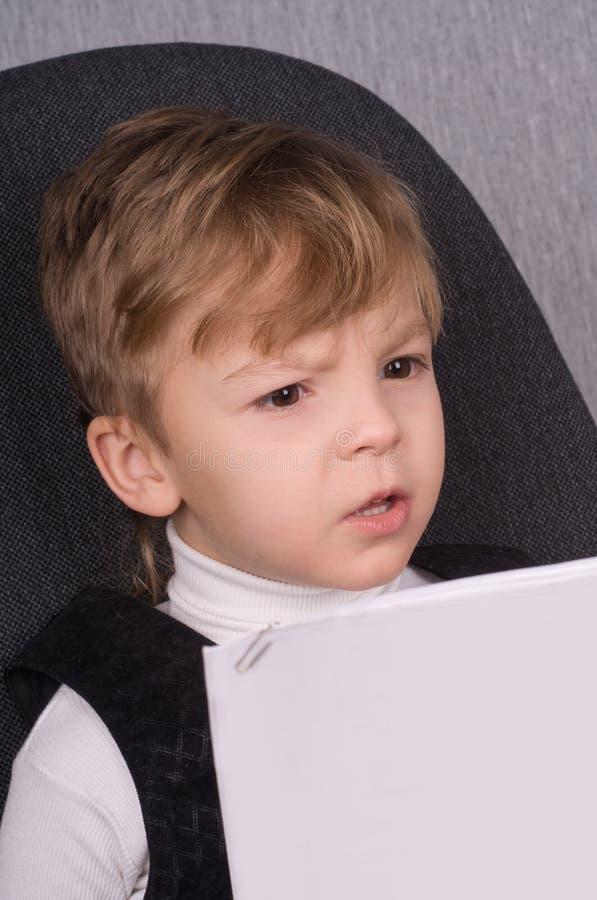 De lezing van de jongen royalty-vrije stock fotografie