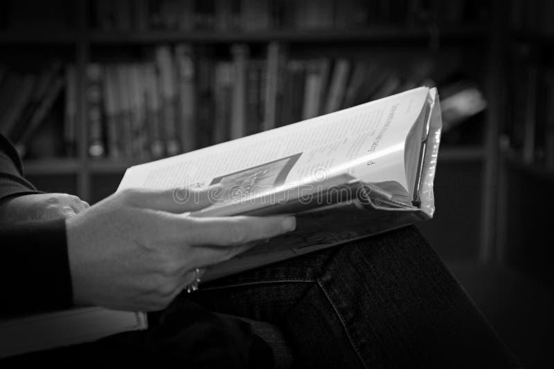 De lezing van het bibliotheekboek royalty-vrije stock foto