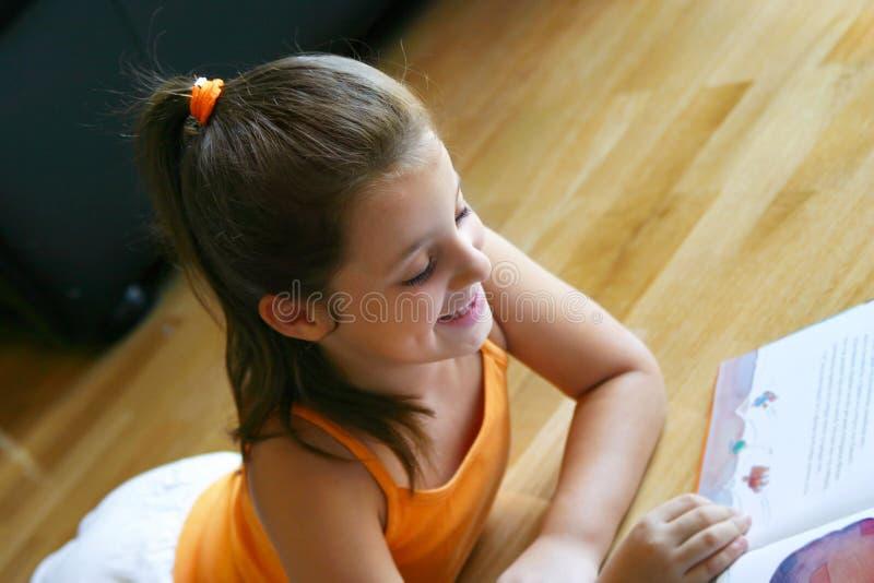 De lezing van het meisje royalty-vrije stock afbeelding