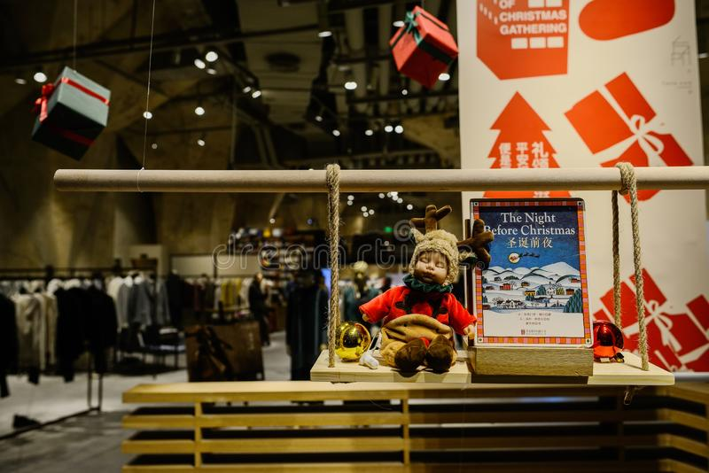 De lezing van kinderen als Kerstmisgift bij ingang van boekhandel, Chengdu royalty-vrije stock afbeeldingen