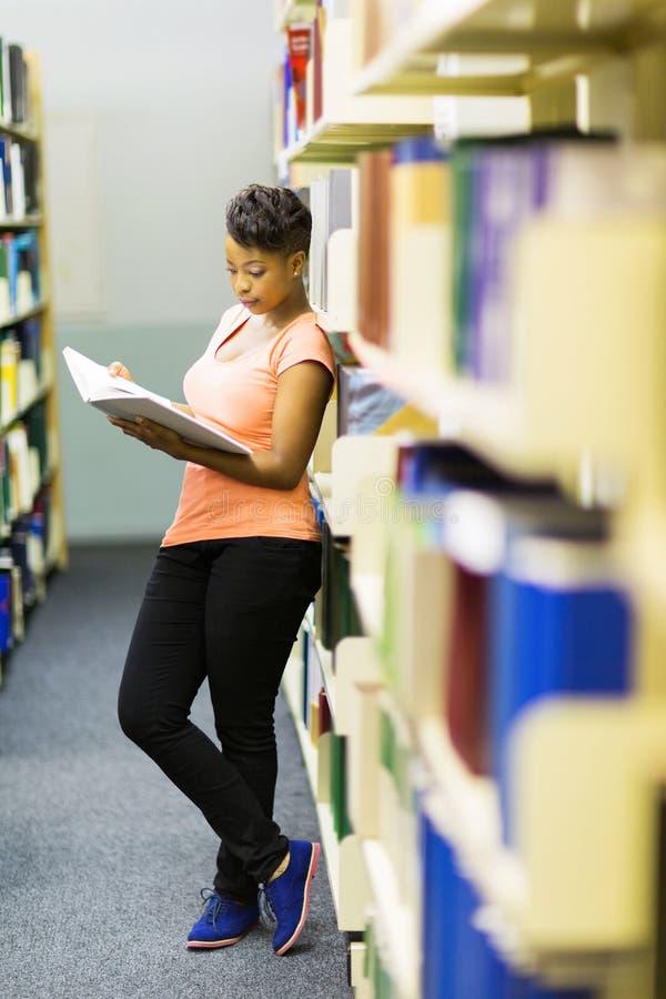 De lezingsbibliotheek van het universiteitsmeisje stock foto's