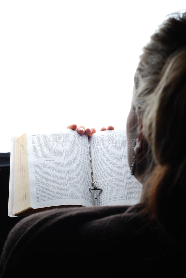 De lezingsbijbel van de vrouw royalty-vrije stock foto