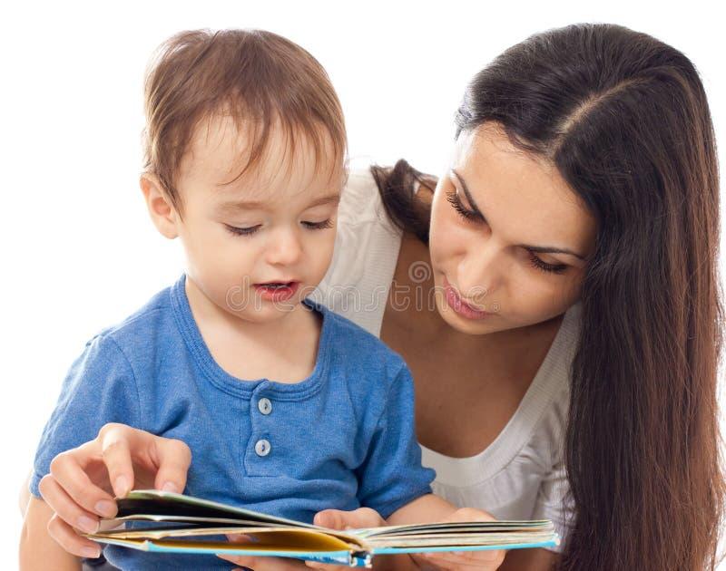 De lezingsboek van de moeder en van de zoon dat samen op w wordt geïsoleerdA royalty-vrije stock foto