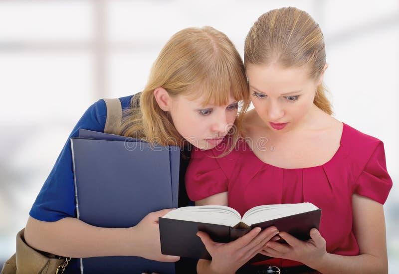 De lezingsboek van de twee leuk meisjesuniversiteit royalty-vrije stock afbeeldingen