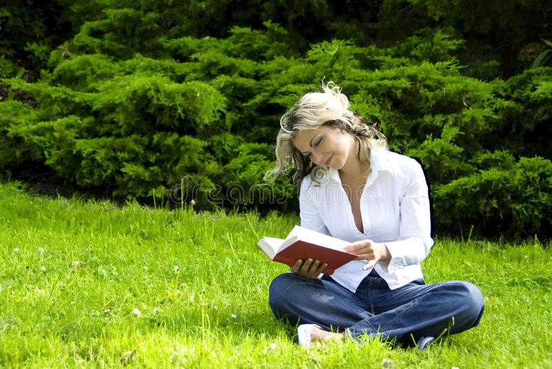 De lezingsboek van de vrouw royalty-vrije stock foto