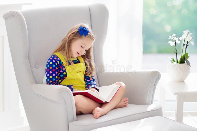 De lezingsboek van het kind Jonge geitjes gelezen boeken royalty-vrije stock foto's