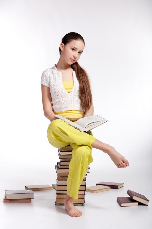De lezingsboek van het meisje royalty-vrije stock foto's