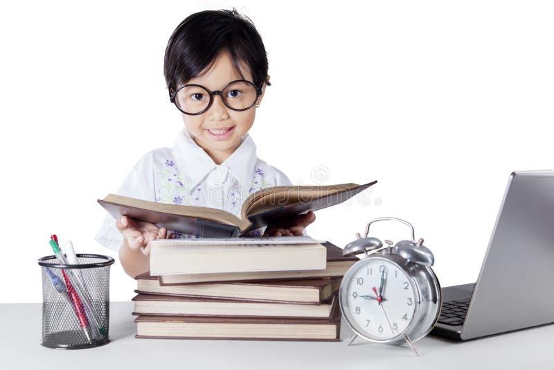 De lezingsboeken van de kleuterschoolleerling op de lijst royalty-vrije stock afbeelding