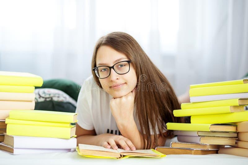 De lezingsboeken van het tienermeisje in de ruimte Concept onderwijs, hobby, studie en de dag van het wereldboek stock foto's