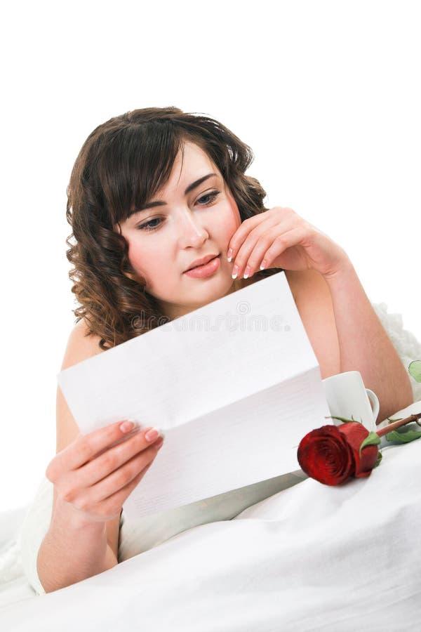 De lezingsbrief van de vrouw royalty-vrije stock foto