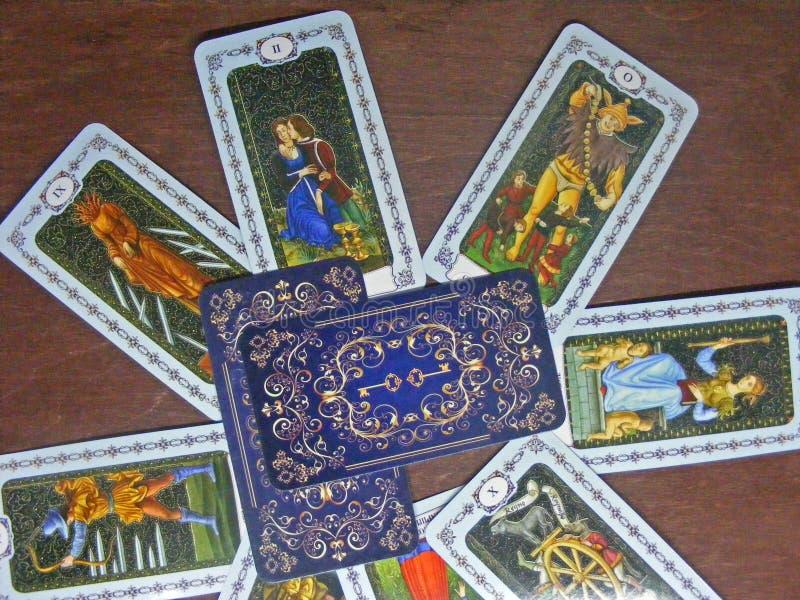 De lezingsconcept van de tarotkaart Middeleeuws tarot op houten lijst stock fotografie