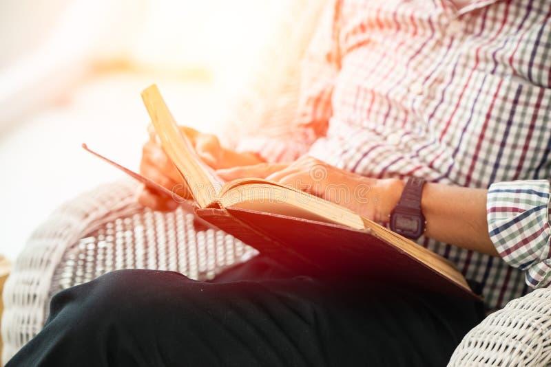 De lezingshandboek van de close-up ouder mens voor zelfonderwijs royalty-vrije stock foto's
