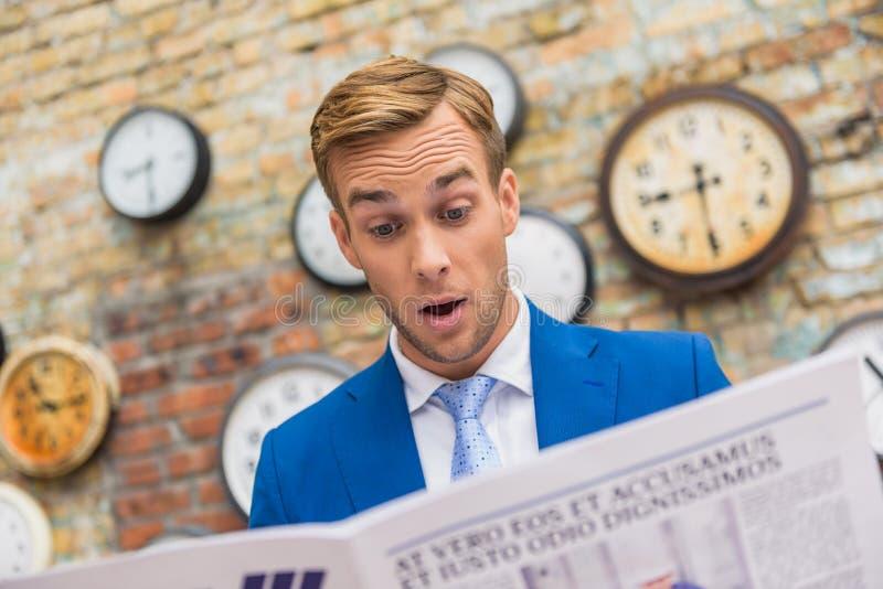 De lezingskrant van de zakenman stock afbeelding