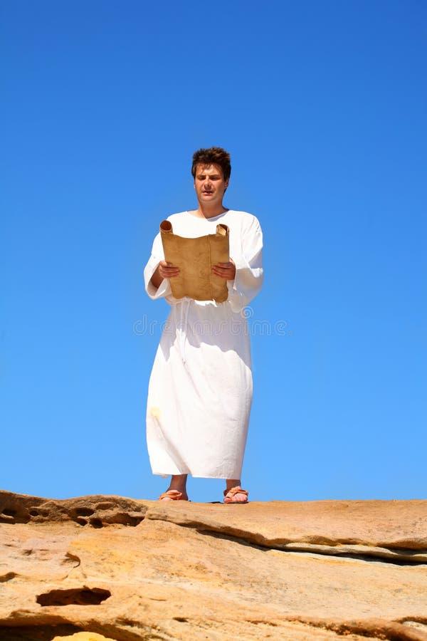 De lezingsrol van de mens in rotsachtig woestijnland scape stock foto