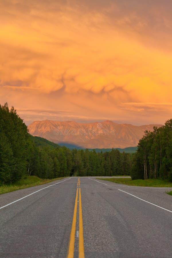 De Liard River Valley Alaska da estrada por do sol de Canadá BC fotografia de stock royalty free