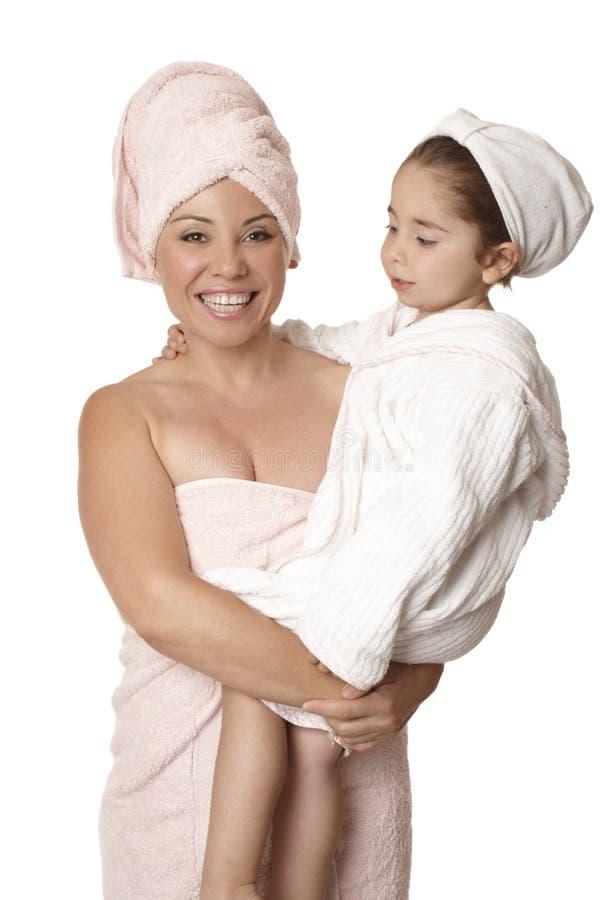 De lichaamsverzorging van de moeder en van de dochter stock afbeeldingen