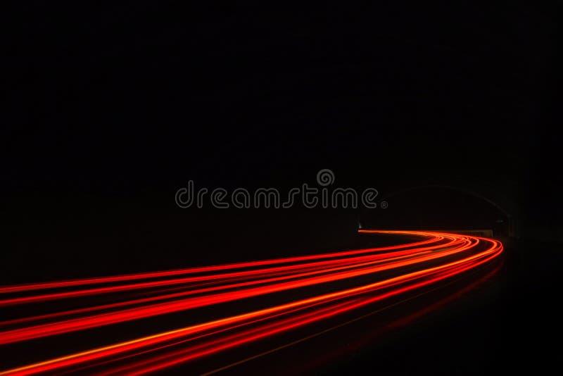 De lichte slepen van de auto in de tunnel stock foto's