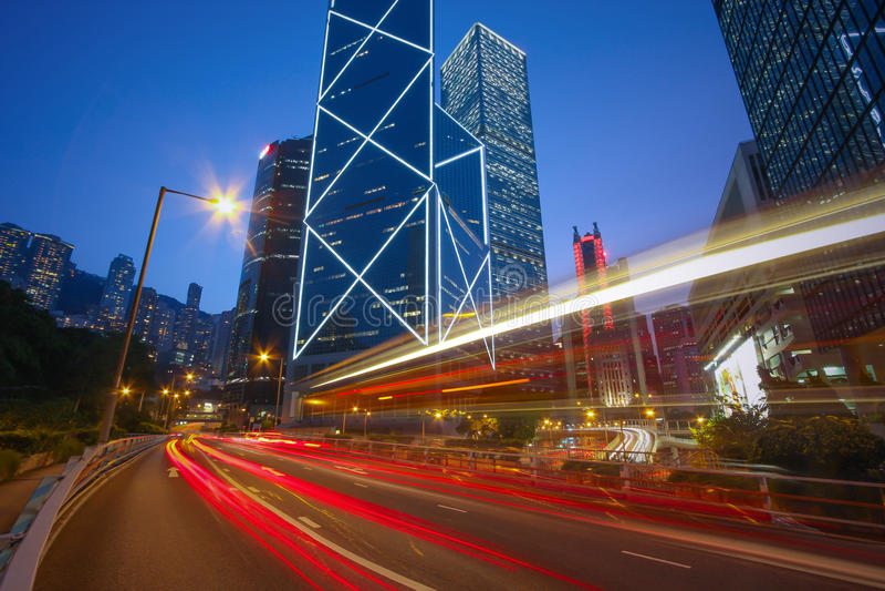 De lichte slepen van de verkeersauto op Cityscape, bedrijfsgebouwen, Hong royalty-vrije stock fotografie