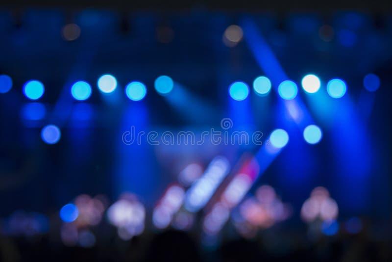 De lichten en de menigte van het Defocusedstadium op een overleg stock foto