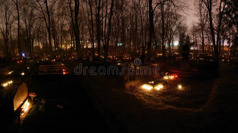 De lichten van de kaars bij de begraafplaats royalty-vrije stock foto