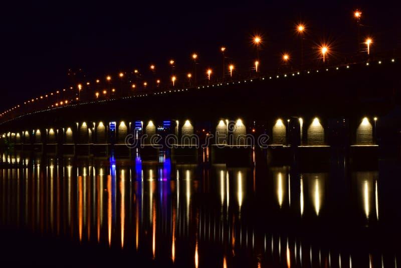 De lichten van de Patonbrug, Kiev, de Oekraïne stock foto