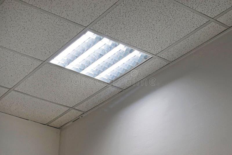 De lichten van het bureauplafond stock afbeeldingen