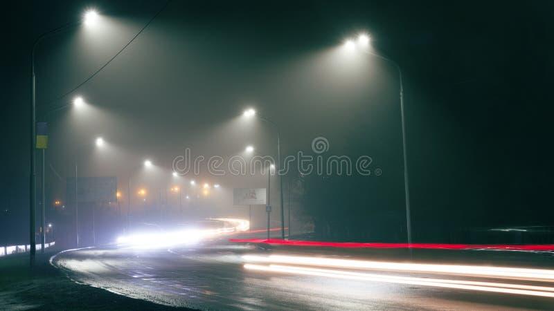 De lichten van de nachtstad, de sporen van autokoplampen