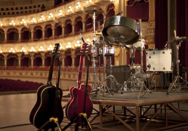 De lichten van theatergitaren drumkit stock afbeeldingen