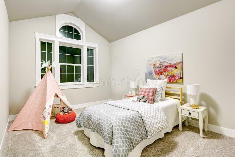 De lichtgrijze meisjes` s slaapkamer kenmerkt gewelfd plafond stock foto's
