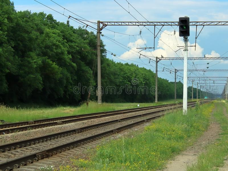 De lichtgroene manier van het spoorwegverkeer royalty-vrije stock foto