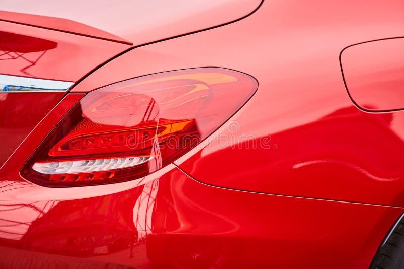 De lichtrode kleur van de autostaart voor klanten Het gebruiken van behang of achtergrond voor vervoer en automobielbeeld stock afbeelding