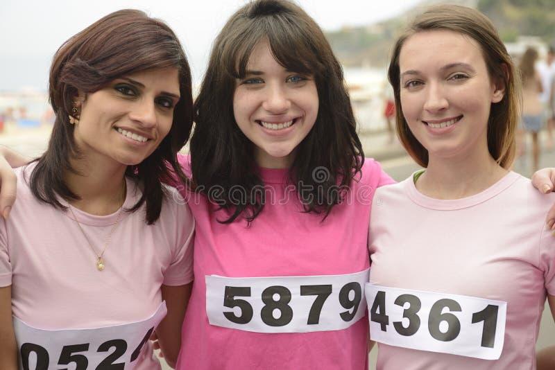 De liefdadigheidsras van borstkanker: Vrouwen in roze stock afbeeldingen