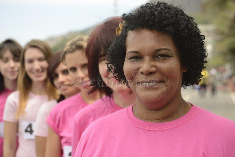 De liefdadigheidsras van borstkanker: Vrouwen in roze stock foto