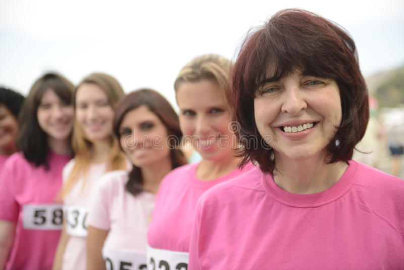 De liefdadigheidsras van borstkanker: Vrouwen in roze royalty-vrije stock afbeeldingen
