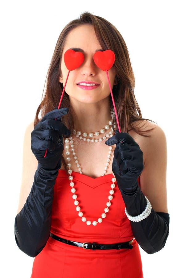 De liefde is blind, houdt het wijfje twee kleine harten royalty-vrije stock foto