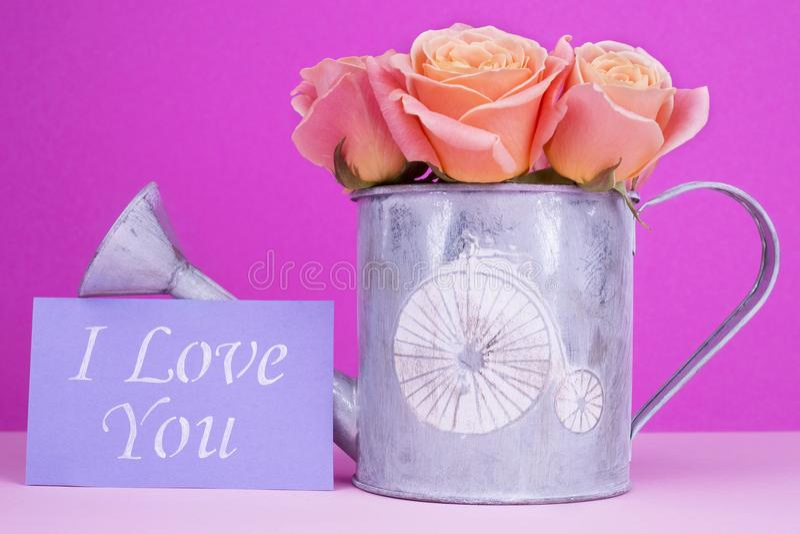 De liefde die u met boeket van rozen hebt gekaard royalty-vrije stock afbeelding