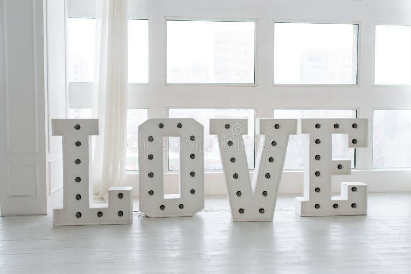 De liefde is een gift, de dag van Liefdevalentine's Bollicht op de brief van liefde De uitstekende brief van de markttent licht stock foto