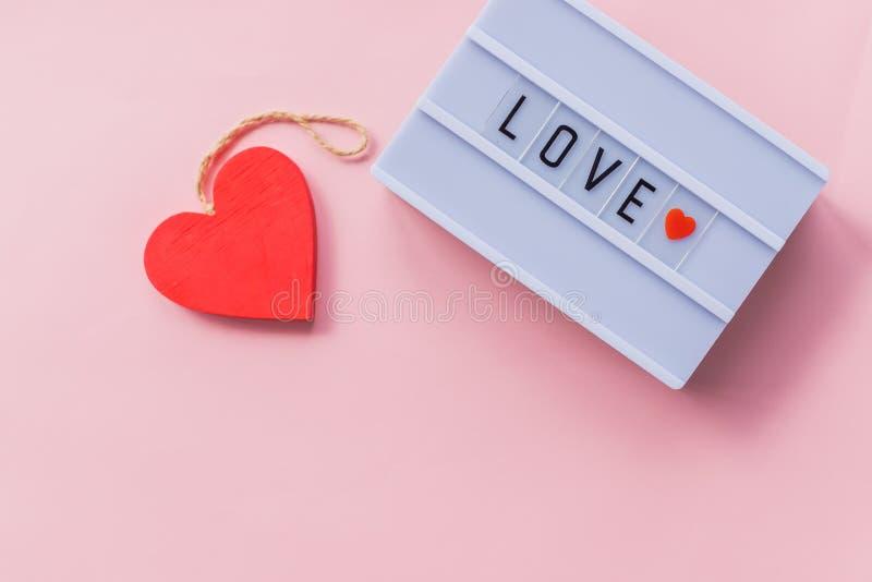 De liefde is een woord wordt geschreven op lichte doos De inschrijving van de liefde Decoratie voor huwelijkspartij of de Dag van stock afbeelding