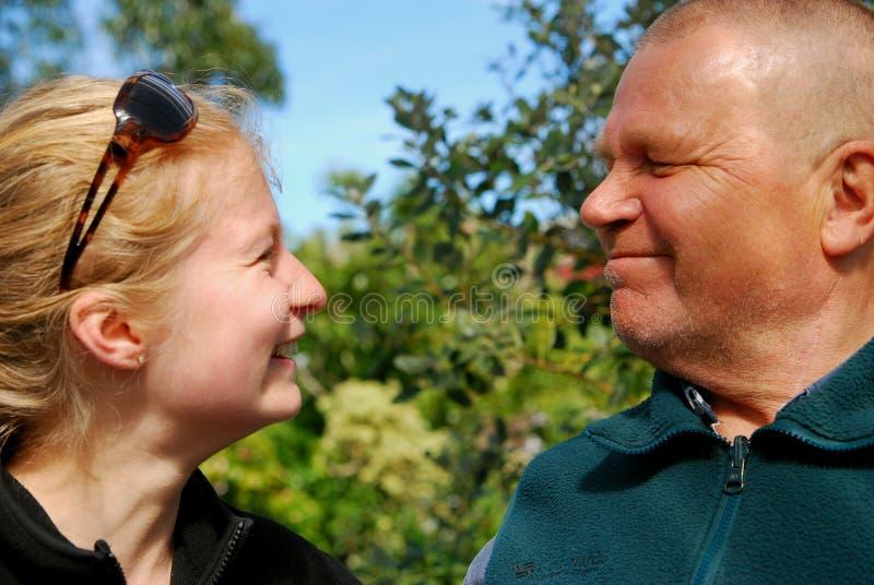 De liefde van de grootvader en van de kleindochter stock foto's